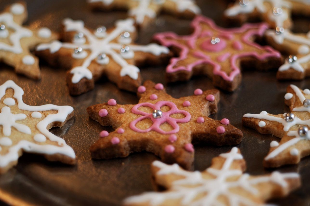 Butterplätzchen mit Eiweißglasur verziert zu Weihnachten.