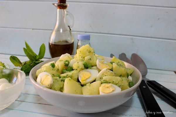 Ensalada de huevos de codorniz con pesto de aromáticas | Cocinar en casa es facilisimo.com