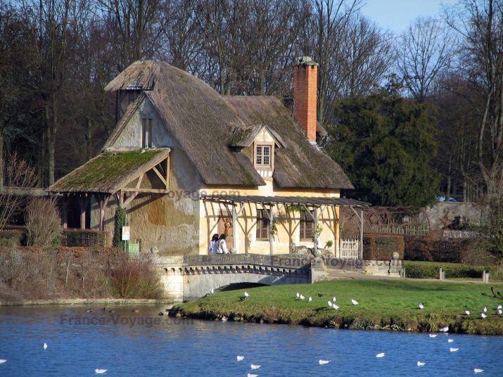 Parc du château de Versailles: Hameau de la Reine : Grand Lac et maison au toit de chaume - France-Voyage.com