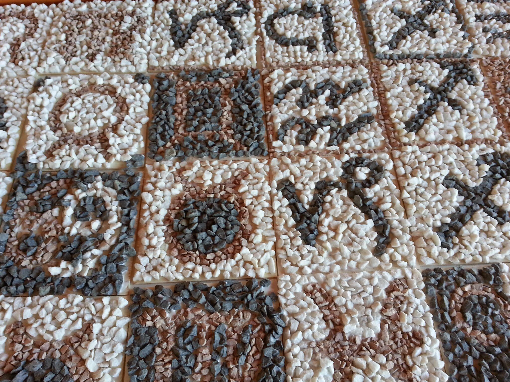 Aquí tenéis el resultado de un taller de mosaico romano realizado por jóvenes estudiantes de 2º ESO.  ¡Espectacular!