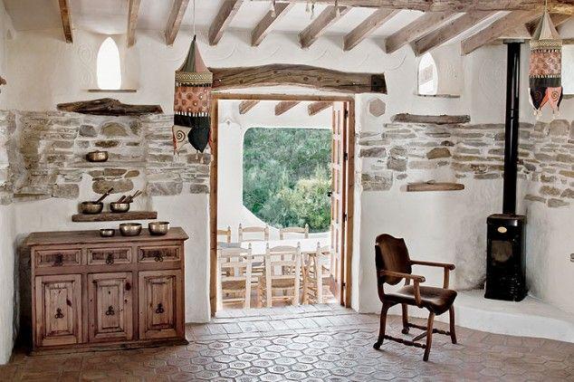 Oliwkowe belki nad oknami są elementem konstrukcji i świetną dekoracją. Dlatego Paul nie pobielił ich tradycyjnie wapnem.