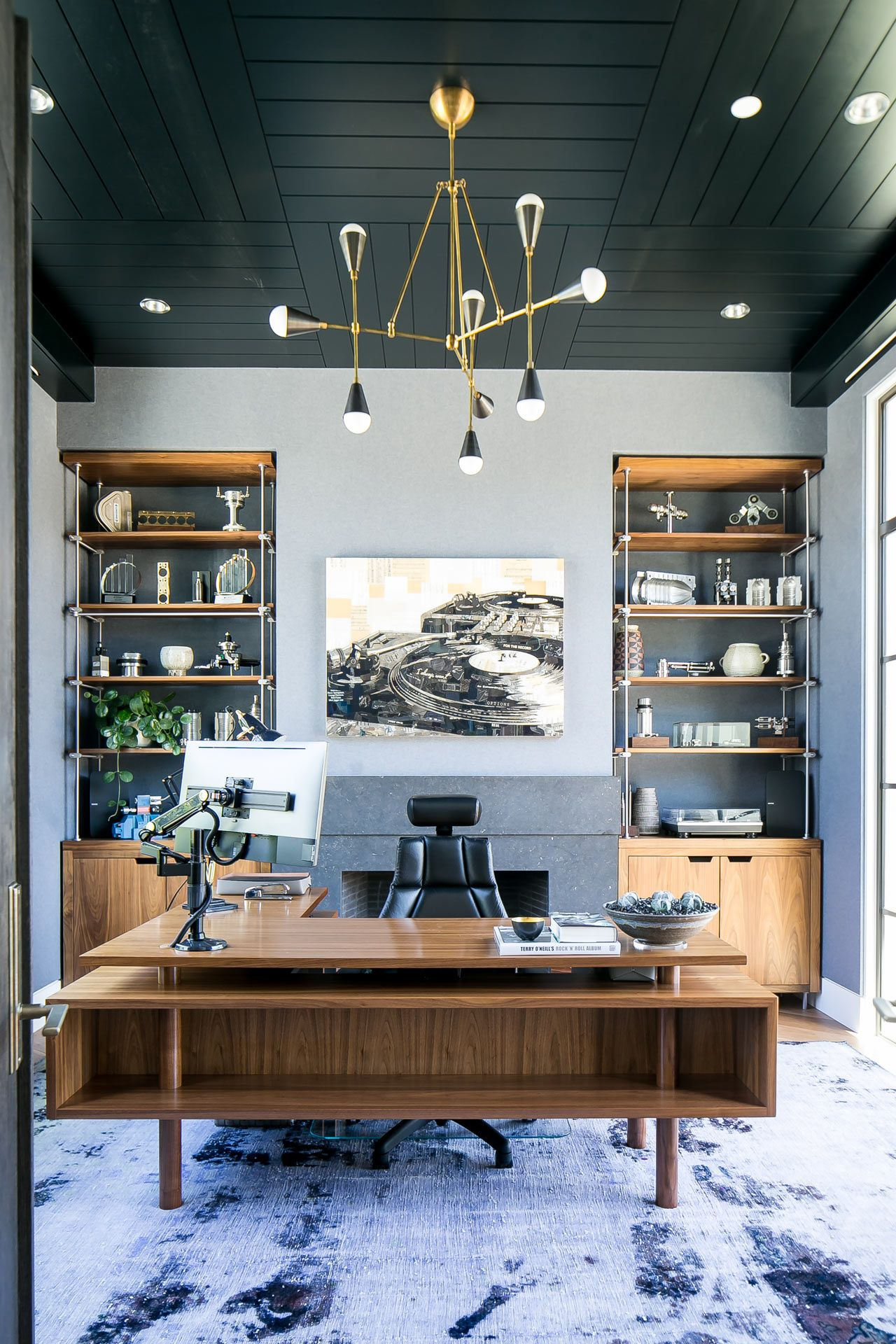 A Newport Beach Home That Merges Modern And Traditional Home Office Design Office Interior Design Modern Office Decor
