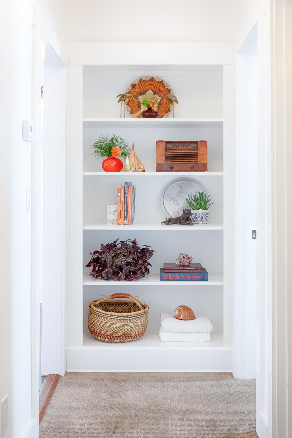 Instead+of+stuffing+this+built-in+bookshelf+full,+only+a+few+selected+items+are+included+allowing+each+one+to+be+seen+and+appreciated.+Houseplants+add+a+welcome+natural+element.