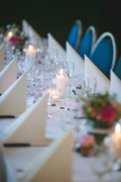 Dale un toque romántico y cálido a tu boda decorando con velas Image: 28