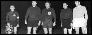 Os capitães de equipa, Rocha e Books e a equipa de arbitragem.