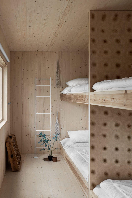 Foto Erik Lefvander, styling Annaleena Leino Karlsson. Barnens sovrum i en gotländsk sommarstuga i plywood. Stugan är ritat av Taf Studios Gabriella Gustafson.
