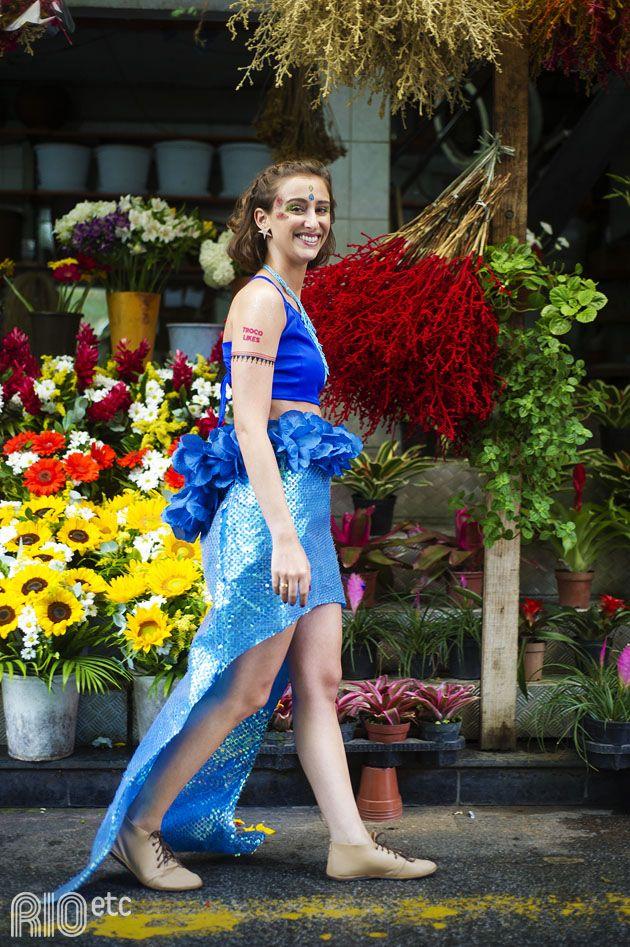 Olha a cauda da sereia! Muito azul no cropped e na saia de paetês e flores.