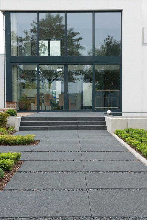ob zur terrassengestaltung als gartenweg oder hauseingang gro formatige trittplatten von la. Black Bedroom Furniture Sets. Home Design Ideas