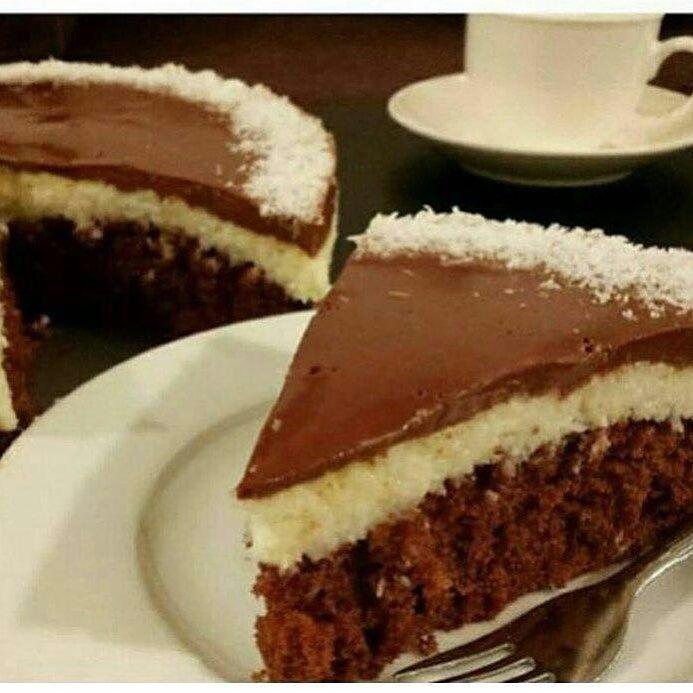 كيكة الباونتي خليط كيك شوكولاته بيتي كروكر استخدمت نص الكميه مع نص المكونات الي مكتوبه وراه على صينية متوسطة الحجم وخبزته بالفرن الطبقه Food Desserts Sweet