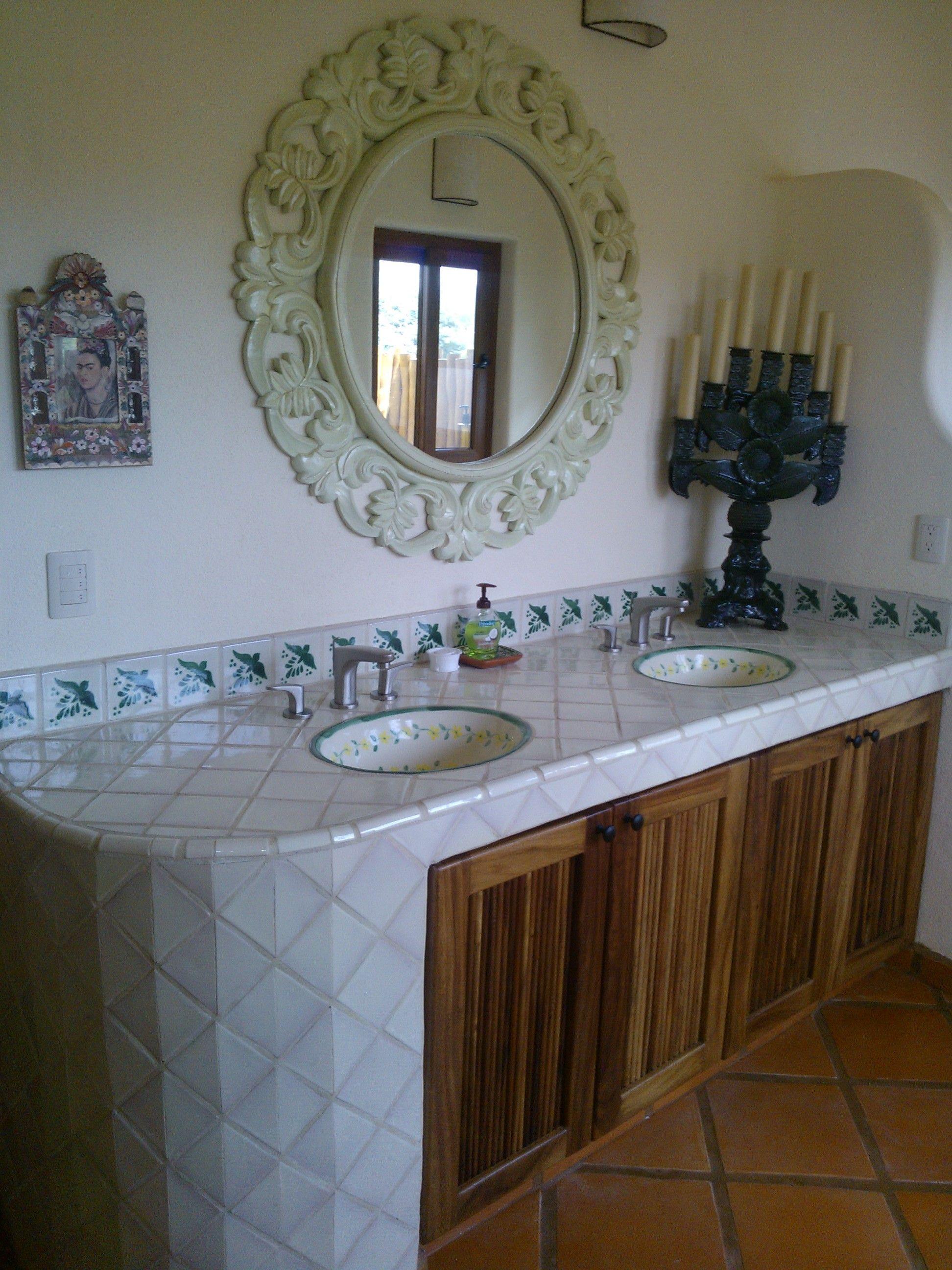 Ba o talavera blanco mexicano cenefa decorada banos for Banos rusticos mexicanos