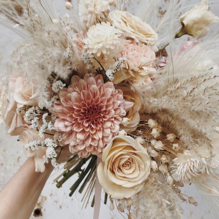 Wunderschönes Blumenbouquet zart und in leichten Farben Morgane Illes