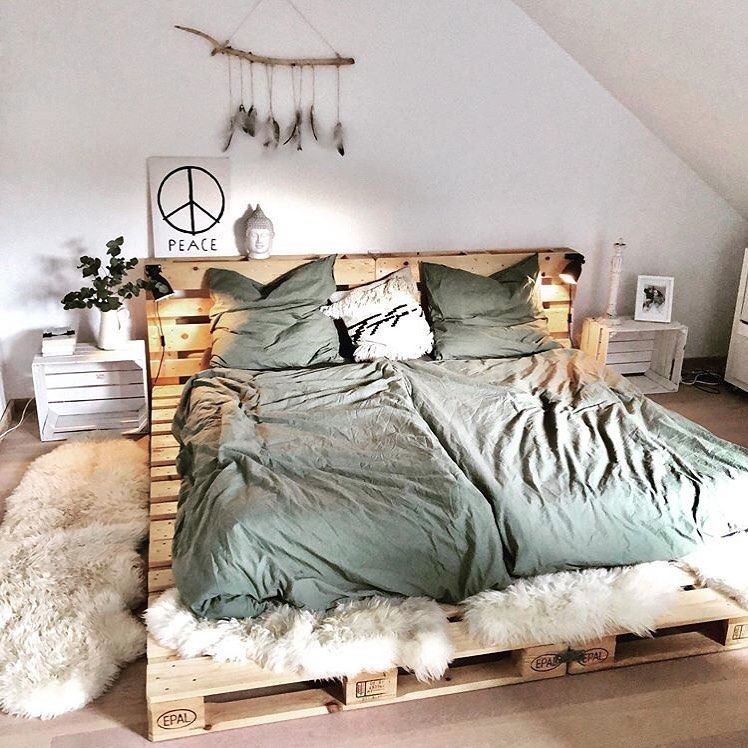 "Living Inspiration on Instagram: ""Love this pallet bed 😍 Credit: @nataschajanina . . . Follow @livinginspiring for more inspo 💚 . . #palletbed #bedroominspo #bedroomgoals…"""