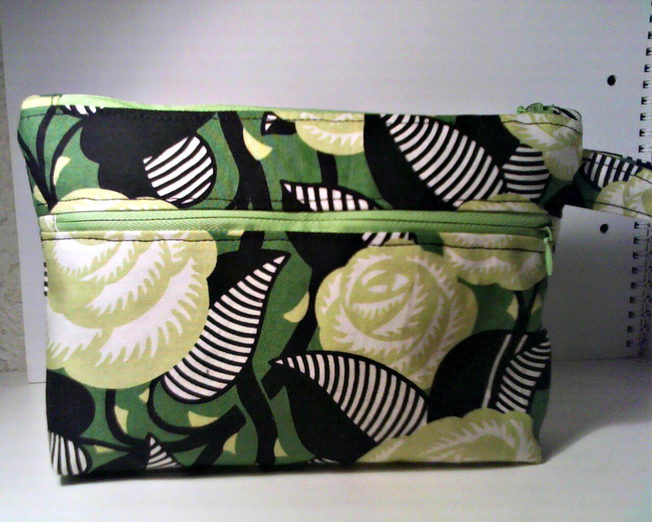 Bolso modelo Nightfall pequeño y perfecto para ocasiones especiales, hecho con tela de Vera Bradley en tonos verdes