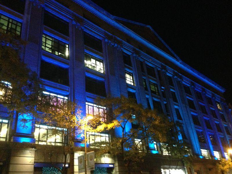 fachada del emblemtico edificio david con iluminacin led en azul corporativo
