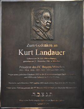 Gedenktafel aus Bronze, hergestellt im Bronzeguss, für Kurt Landauer, Präsident des FC Bayern München, Ansicht der Gedenktafel mit Portrait-Relief nach einem alten Foto, Originalgröße:  100 cm x 80 cm