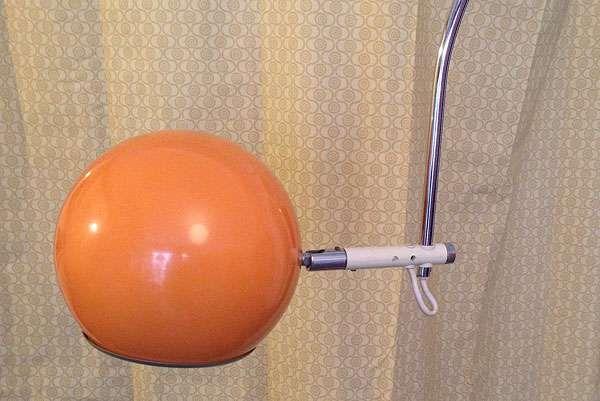 Außergewähnliche, orangene 70er Jahre Bogenlampe, günstig kaufen und gratis inserieren auf willhaben.at!
