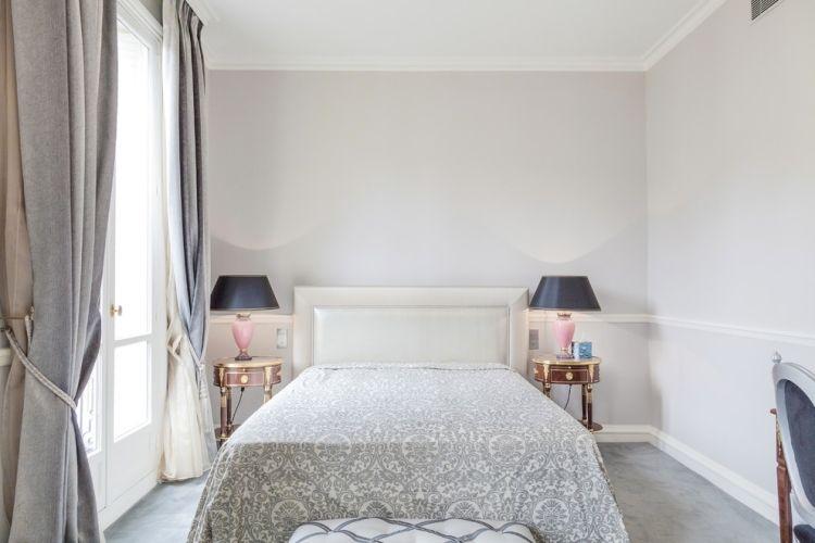 Schon Schlafzimmer Grau Weiss Vintage Holz Beistelltische Rosa Tischleuchten
