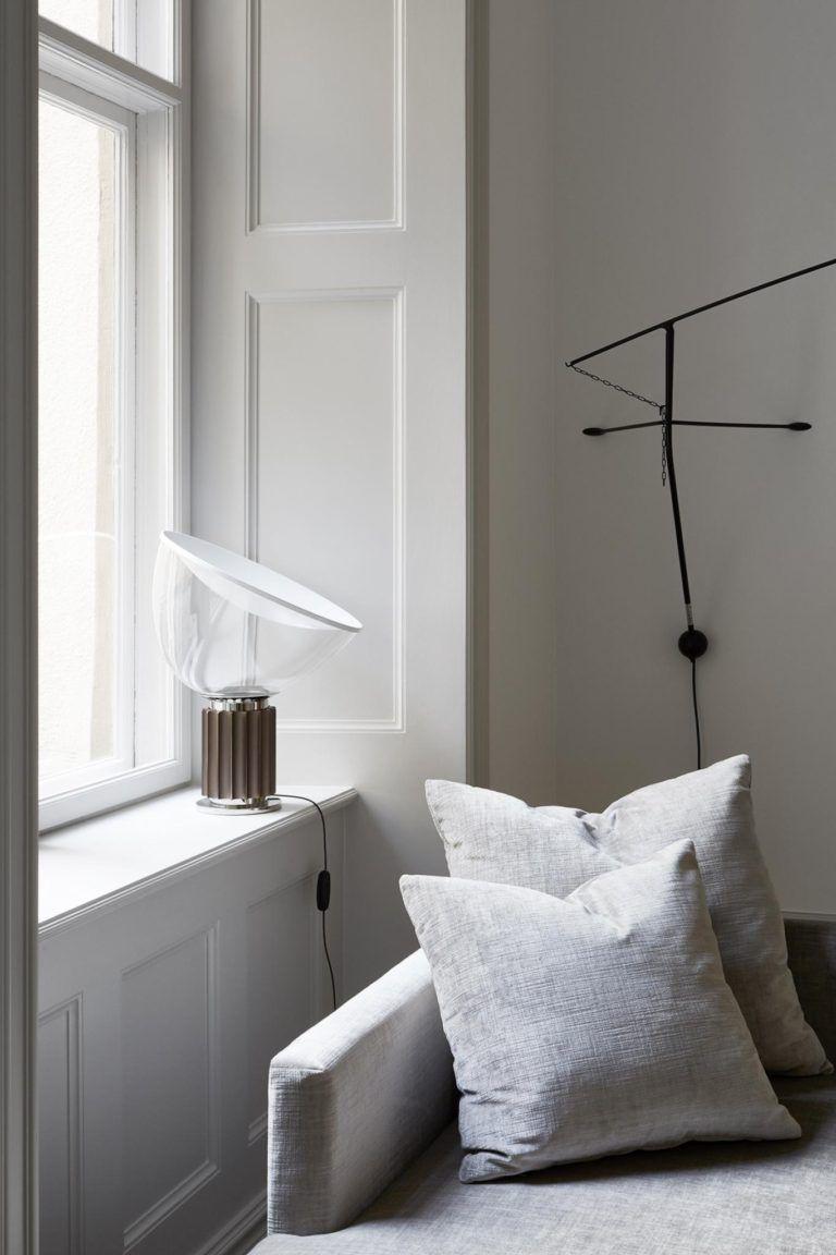 Hyggekrog i stuen med flot daybed og smuk og grafisk floss lampe ...
