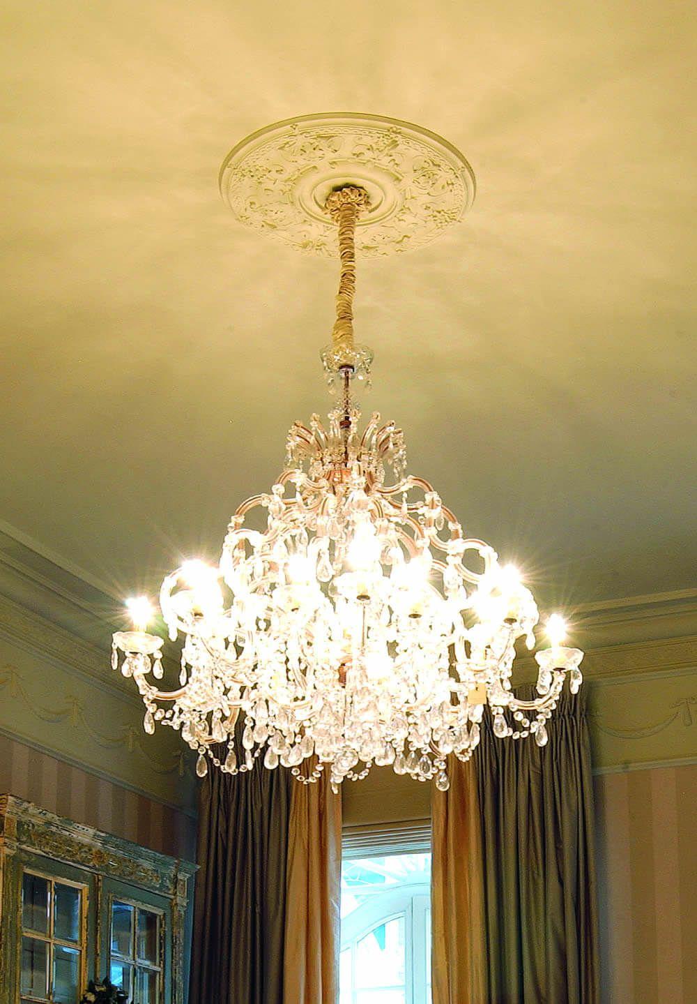 Orac Decor Deckenelemente Mit Barocken Verzierungen Fur Ein Wohnzimmer Im Stil Einer Altbauwohnung Stuckleisten Rosetten Innenraumgestaltung