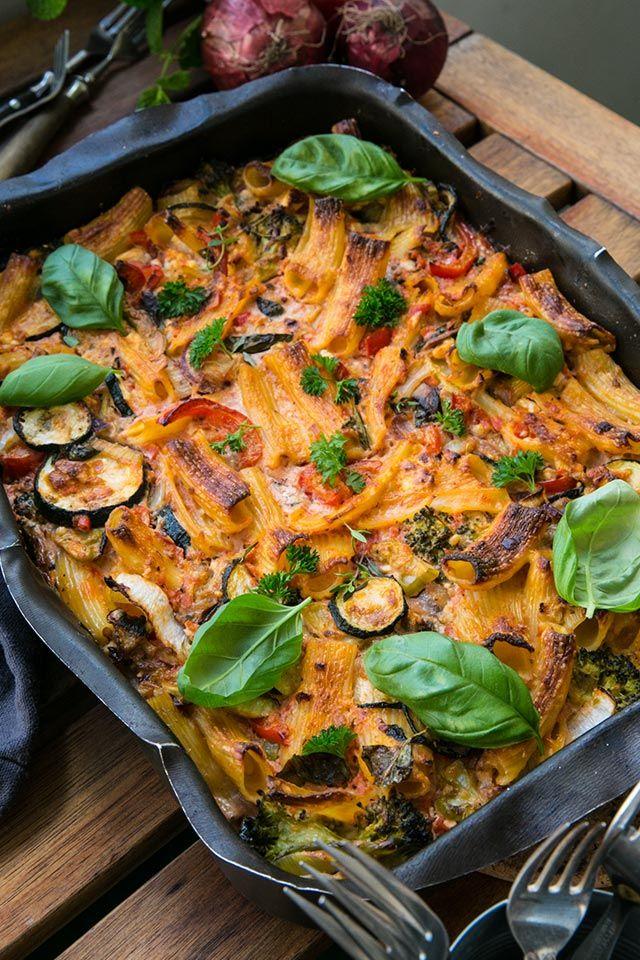 vegetarisk pastagratäng med tomatsås