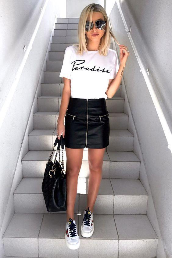 Mini Etek Kombinleri Siyah Deri Etek Beyaz Kısa Kollu Tişört #springskirtsoutfits