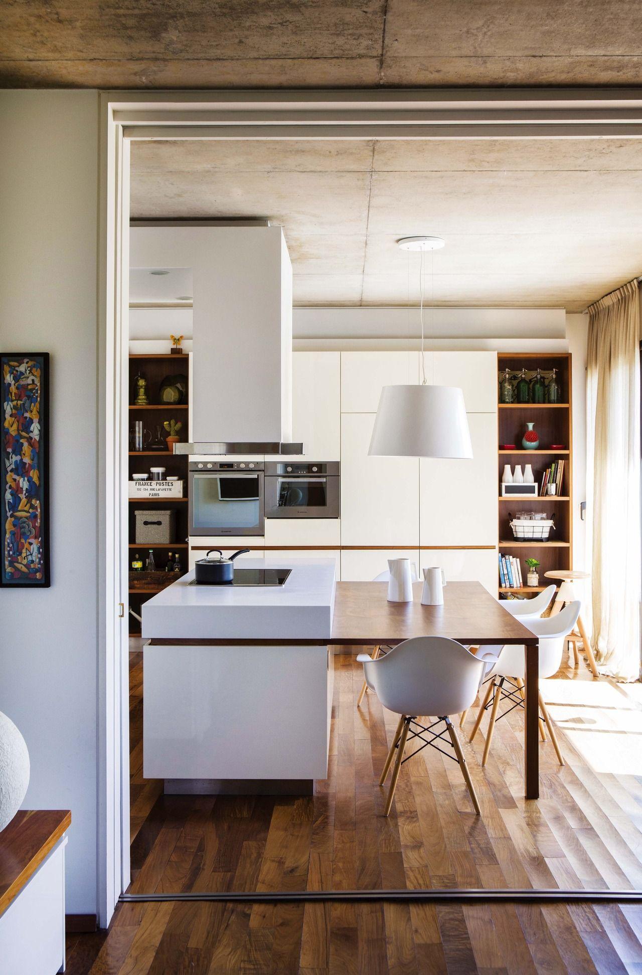 Una cocina en blanco y madera  Cocina  Mesas altas