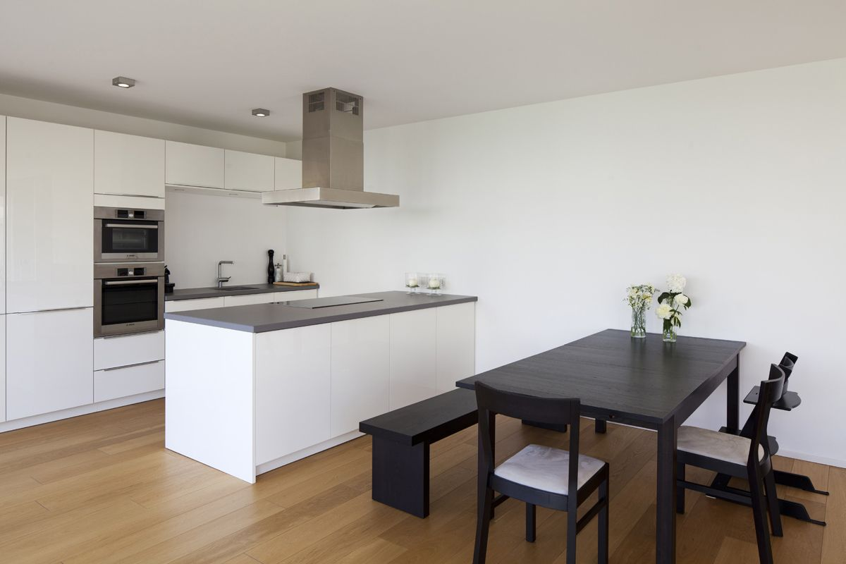 Haus W  offene moderne Kche mit Kochinsel und