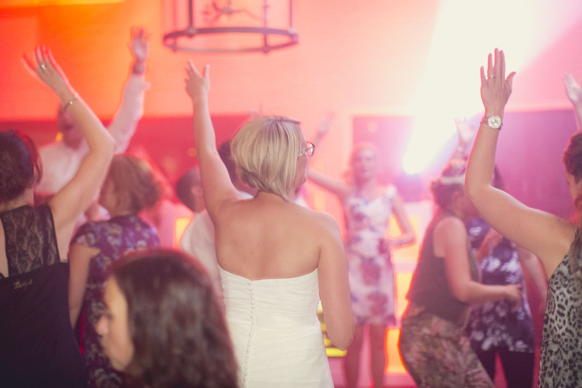 Een DJ is echt super gaaf op een bruiloft. Het zorgt dat al jullie vrienden en familie een fantastische avond beleven. Benieuwd naar een DJ? Check: http://www.17sounds.nl/bruiloft-dj