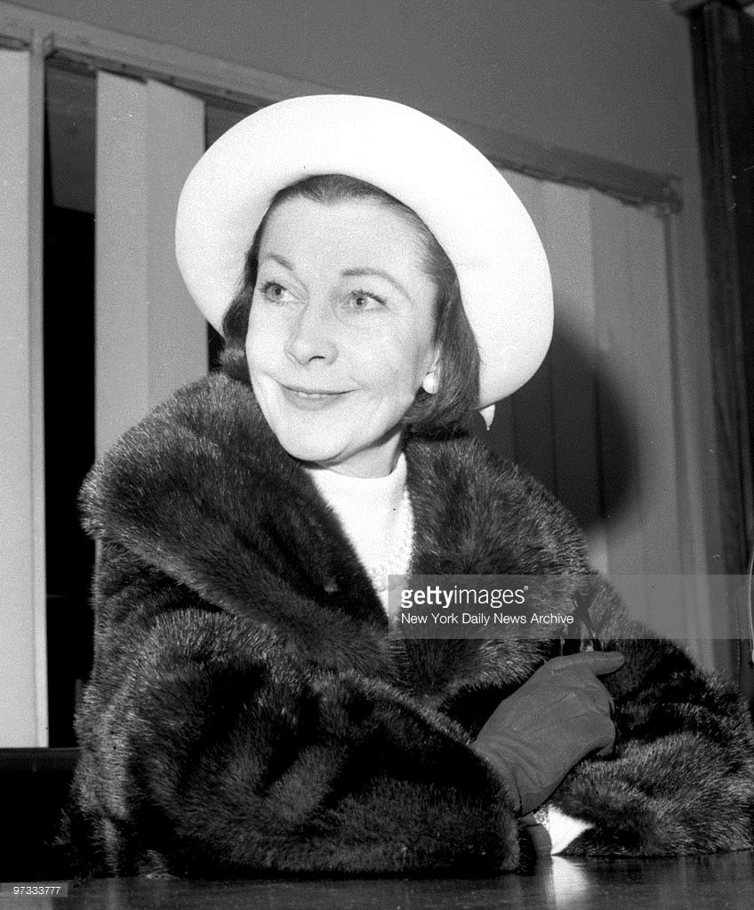vivien-leigh-on-her-arrived-at-jfk-airport-from-england-