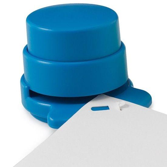 Um grampeador ecológico... Ele faz uma dobra pelo papel, dispensando a utilização de grampos :P