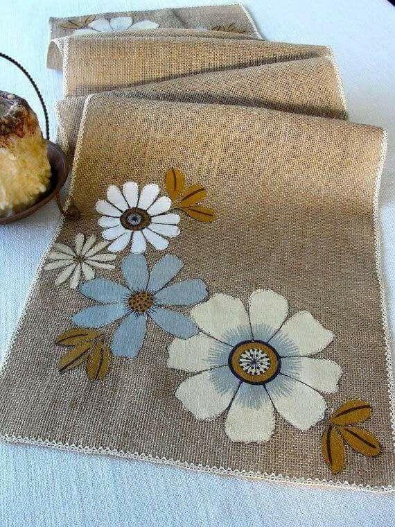 Camino de mesa en yute bordados pinterest yute for Como hacer alfombras en bordado chino