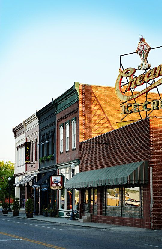 10 Reasons I Love Living In A Small Town Small Towns Usa Small Town America Small Towns