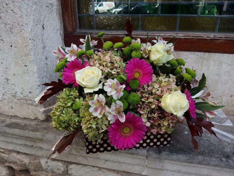 cestas y centros de flores para regalo enviado por la floristera de burgos
