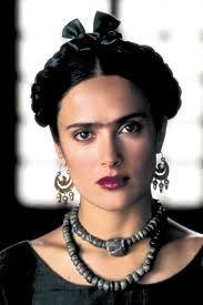 """""""Det blanke hår er sat op i løse lokker og holdt fast af en koralrød kam. Hendes øjenbryn er næsten vokset sammen, og på den ene kind har hun en skønhedsplet."""" Beskrivelsen fra EN KVINDE GÅR IND PÅ EN BAR lyder da en del som Salma Hayek i 'Frida', synes du ikke? #EnKvindeGår"""