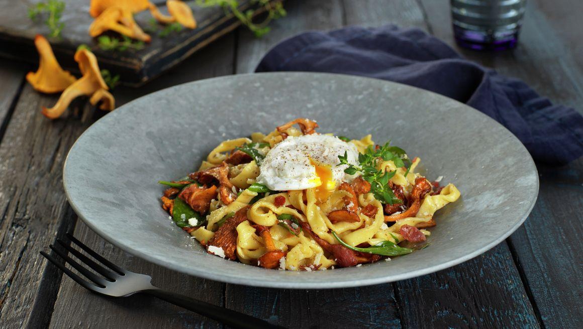 Pasta med skogsopp og posjert egg