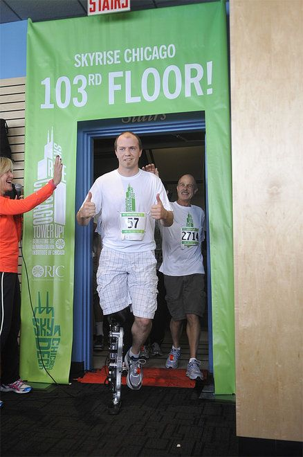 PHOTOS > Man with bionic leg climbs Willis Tower in Chicago