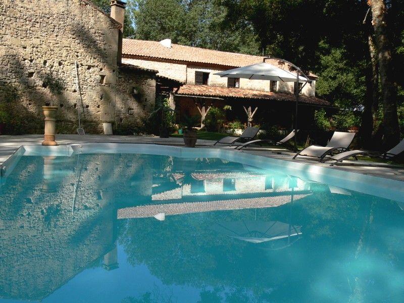 """Piscine des chambres d'hôtes du Moulin de Rocquebert près de Marmande. Guest house """"Moulin de Rocquebert""""'s swiming-pool."""