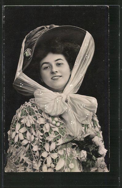 old postcard: AK Junge Frau mit Hut und Blumenkleid, Portrait