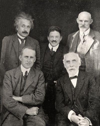 From left to right: Einstein, Lorentz, Ehrenfest, Eddington, De Sitter. |  Personas