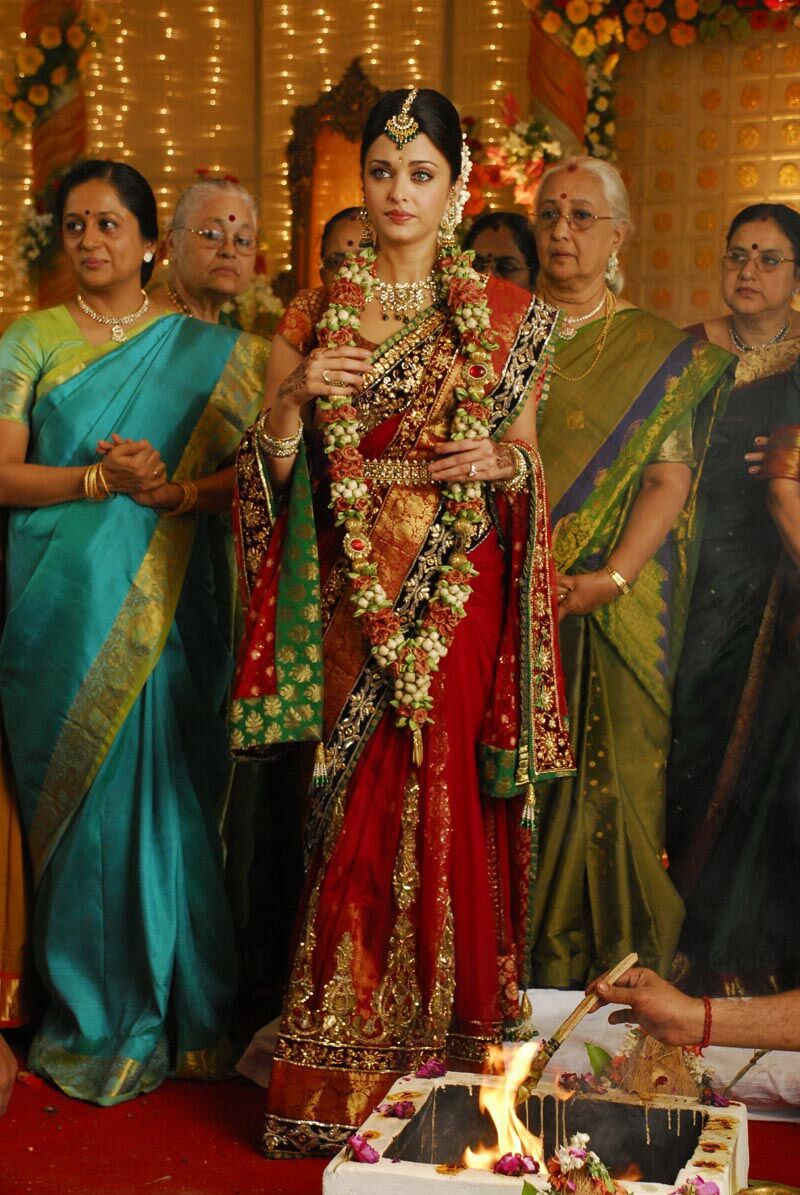 Flower Garland Hindu Wedding Aishwarya Rai S South Indian Style Wedding Saree Indian South Indian Wedding Saree Indian Fashion