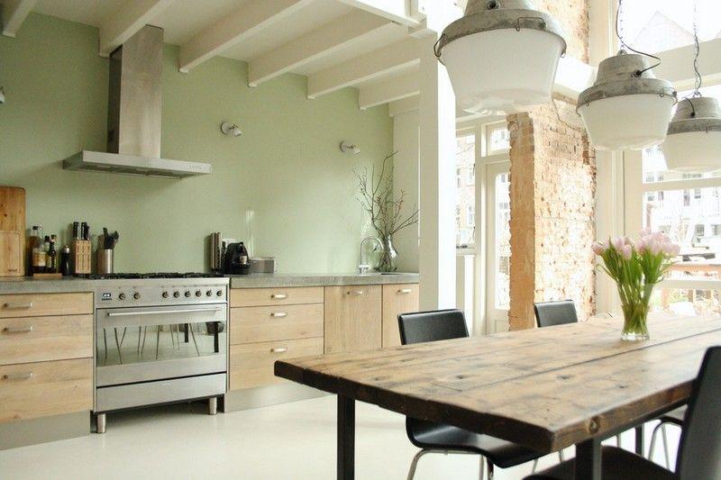 Landhausküche mit Eichenholz-Schränken und Wand in dezentem ...