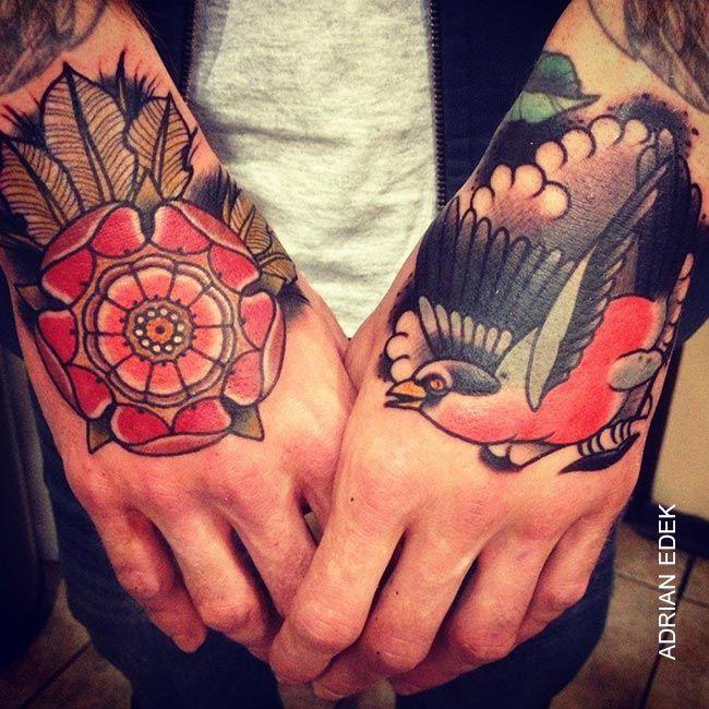 Tatouage old school oiseau rose sur la main