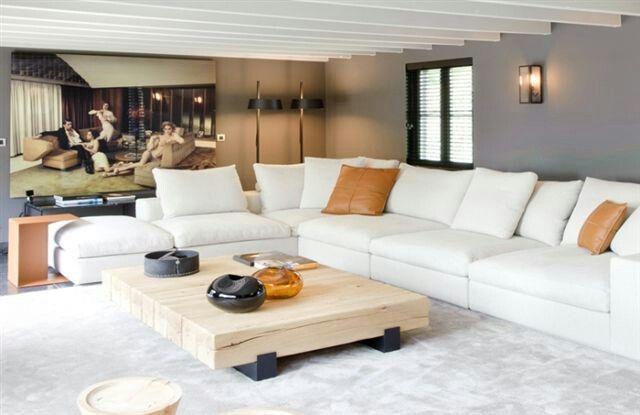 Witte sofa opgefleurd met warme kleuren huis #interieur