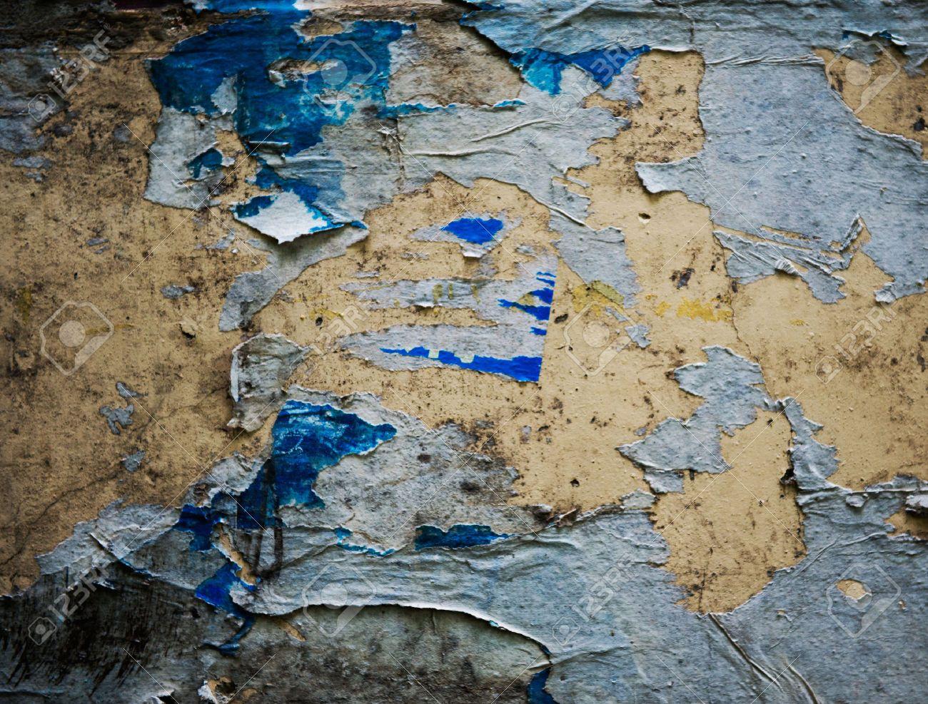 Zimmerwand graffiti alten zerrissenen plakaten auf grunge wand lizenzfreie fotos bilder