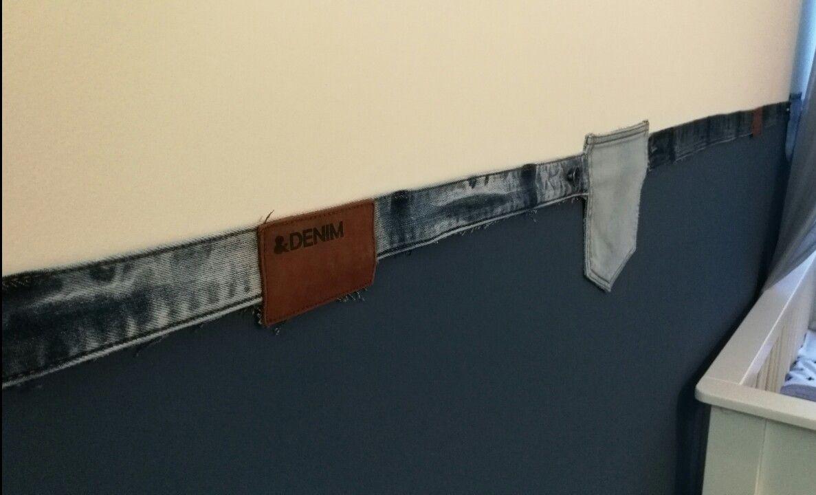 Muur half geschilderd met VT Wonen denim muurverf met als afwerking van de overgang blauw naar wit met broeksband van oude jeans. - spijkerbroek  Jeans wall reuse recycle -
