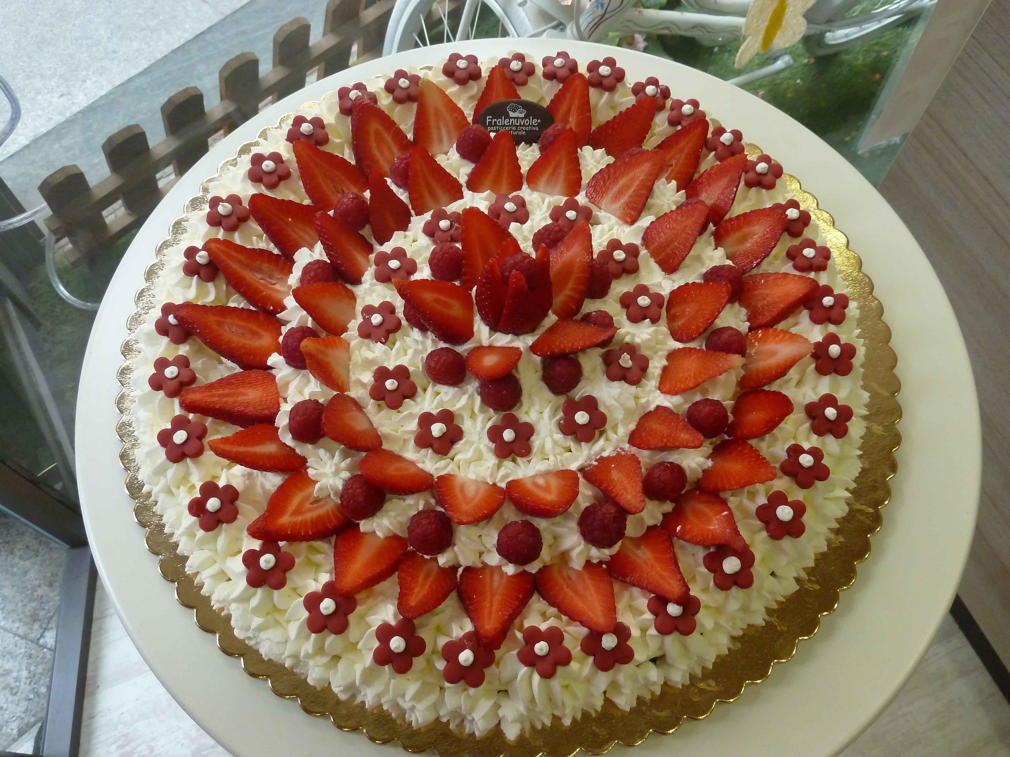 Meringata Di Matrimonio Con Frutta Fresca E Fiorellini In