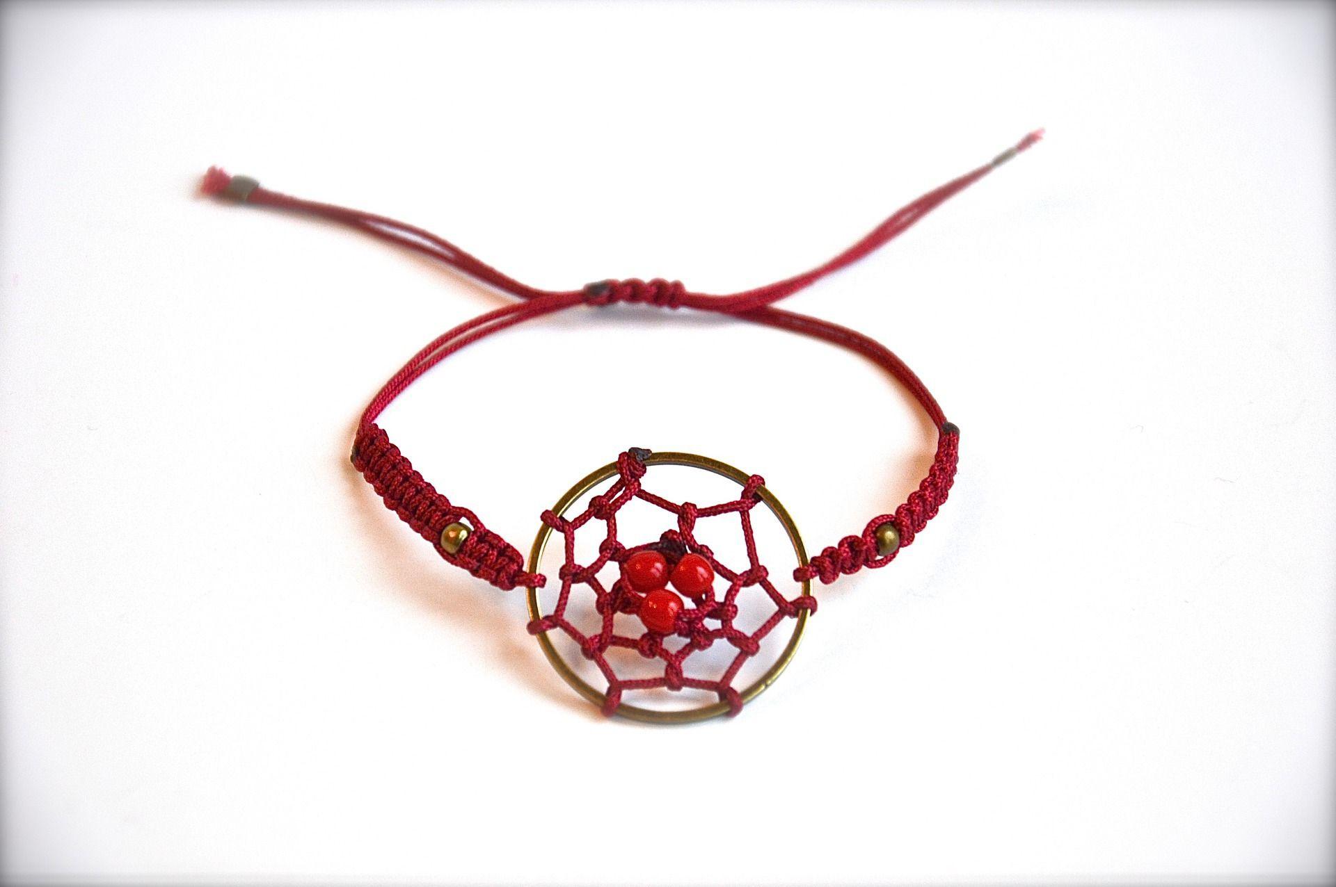 Bracelet coulissant macramé et attrape rêve rouge, anneau bronze