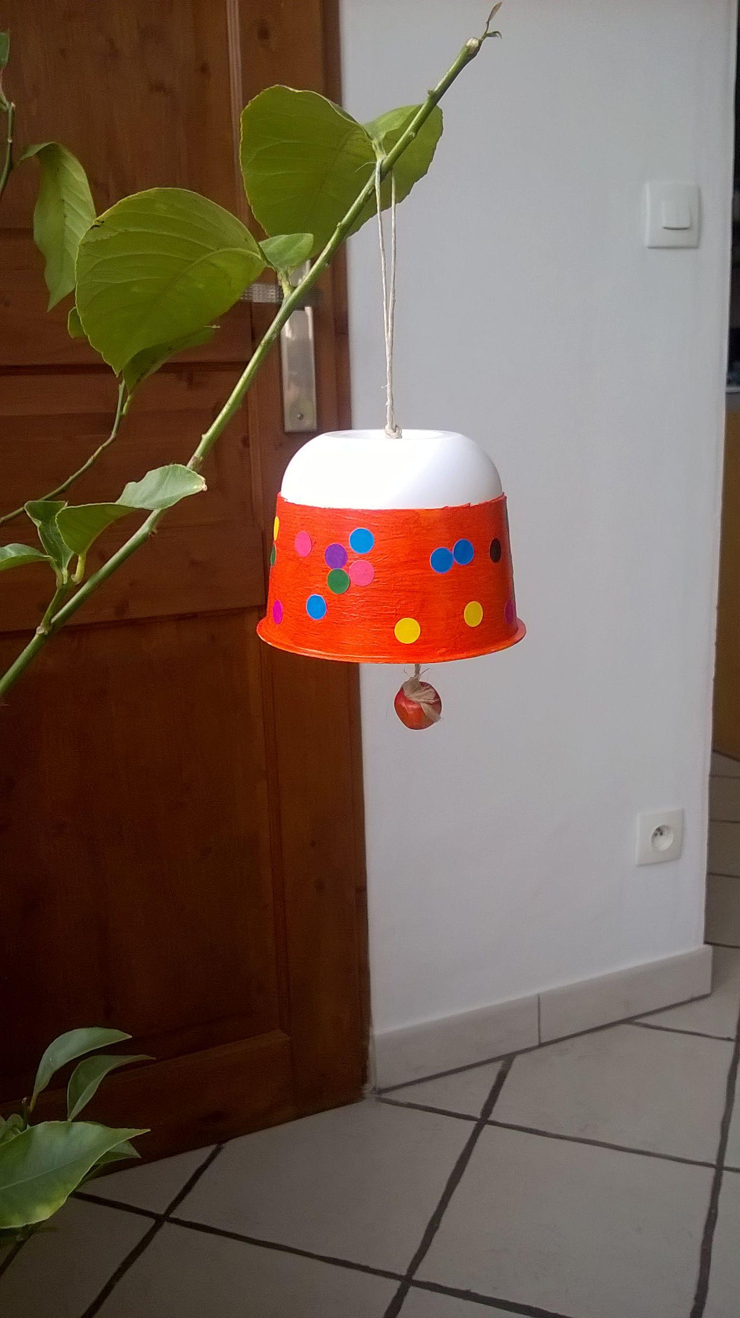 """cloche de Pâques avec boîte de """"boursin cuisine""""."""