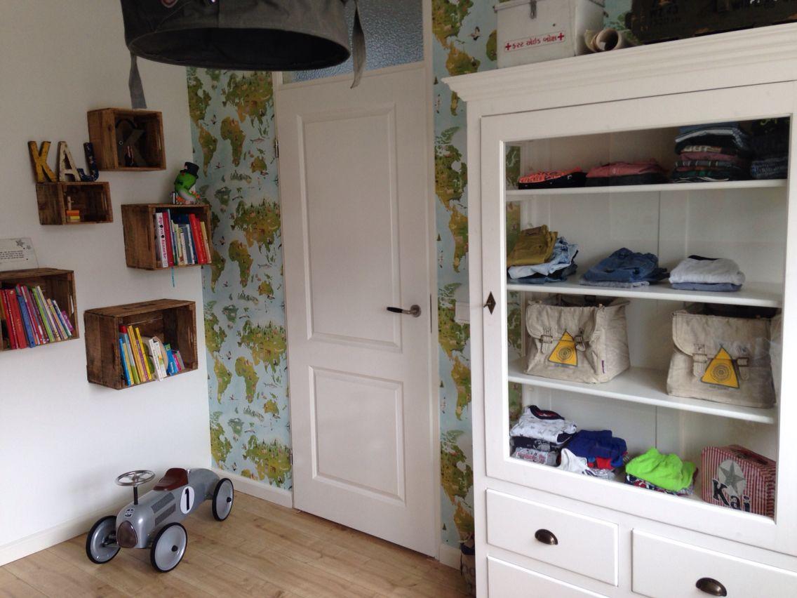 stoere jongenskamer oude boekenkast doet dienst als kledingkast behang landkaart