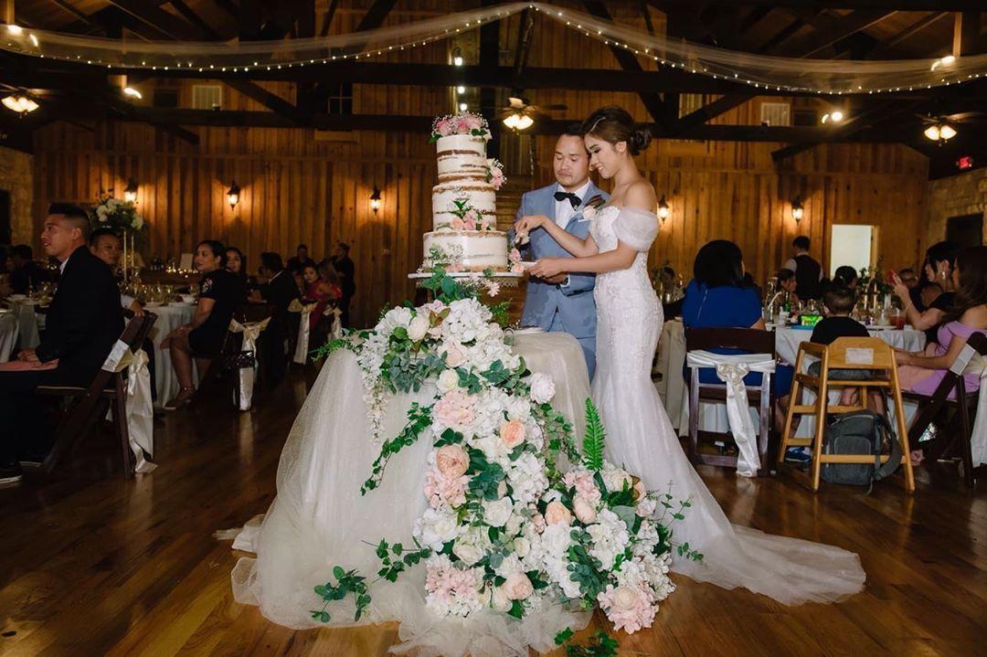 We're obsessed with this couple's wedding. 😍 📸: Khanh Nguyen Photography . . . . . . . . . . . . #kimevents #houstonwedding #caketable #cake…